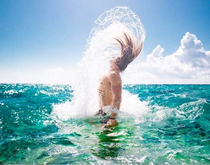 hombre saliendo del agua la sirenita