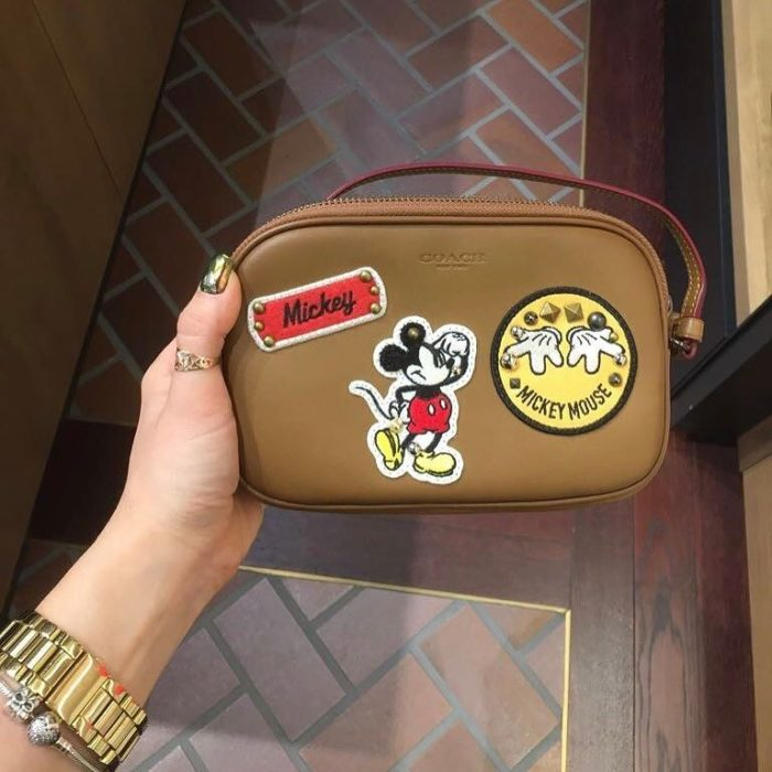 cartera caffé con estampa de mickey mouse