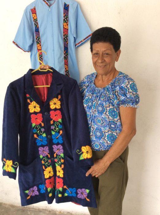 mujer con traje bordado azul con flores