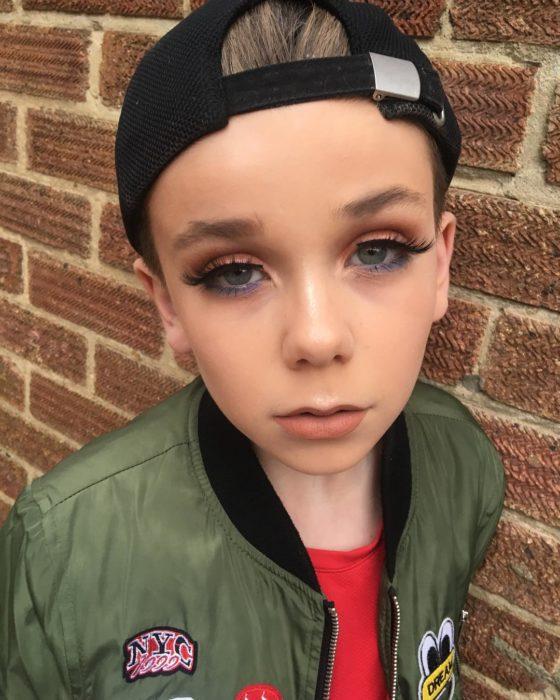 niño rubio maquillado