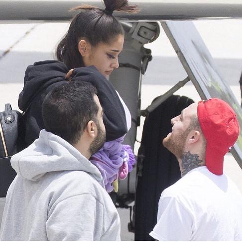 hombre con gorra roja y mujer con chongo
