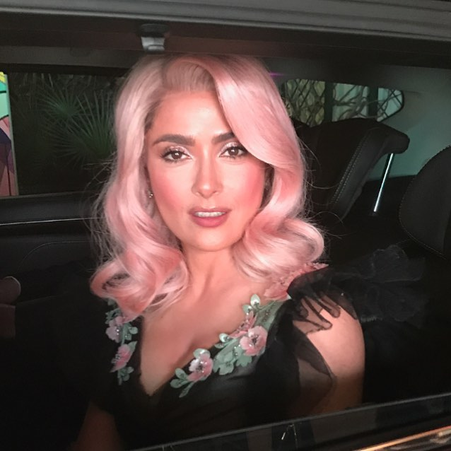 mujer morena con peluca rosa