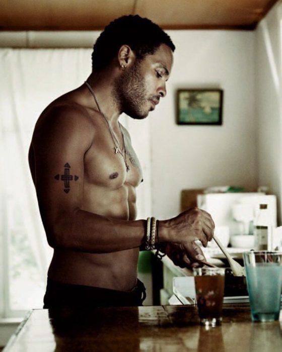 hombre con tatuaje cocinando