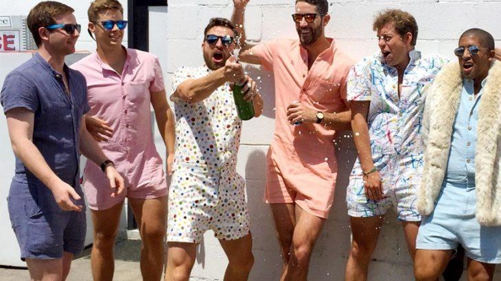 hombres vistiendo rompers y celebrando