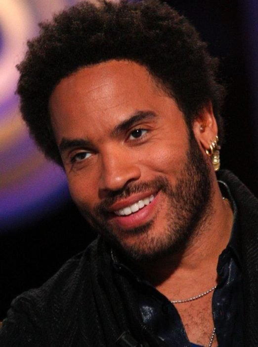 hombre sonriendo con afro