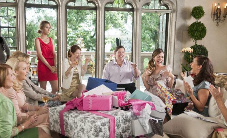 mujeres sentadas en sala