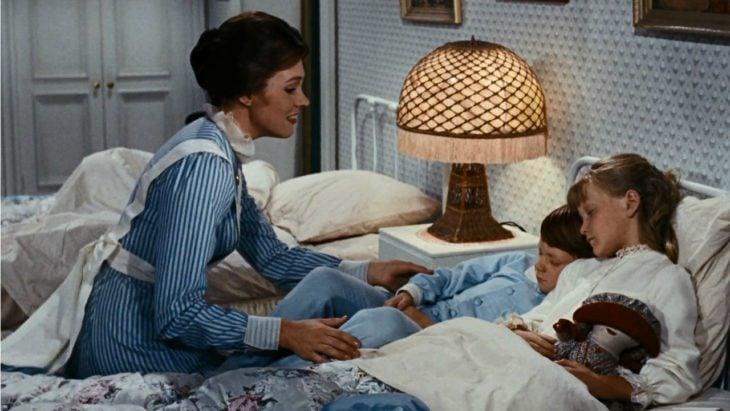 madre contando una historia a sus hijos