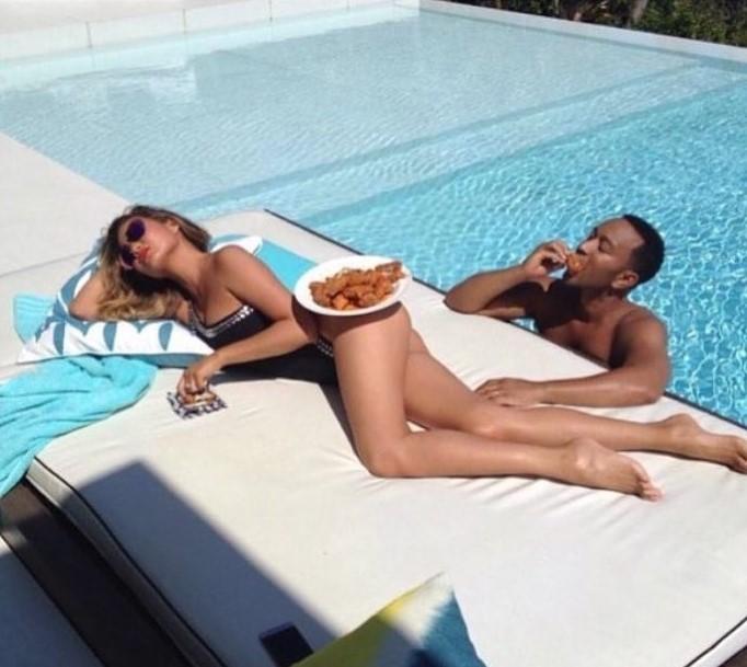 mujer acostada con plato en su cuerpo hombre alberca