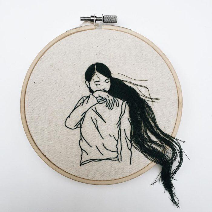 Artista que crea obras de arte bordadas