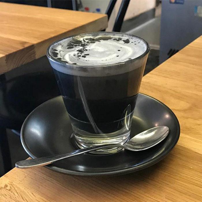 taza de café con latte negro
