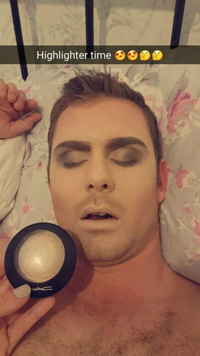 Chico durmiendo mientras es maquillado por su novia