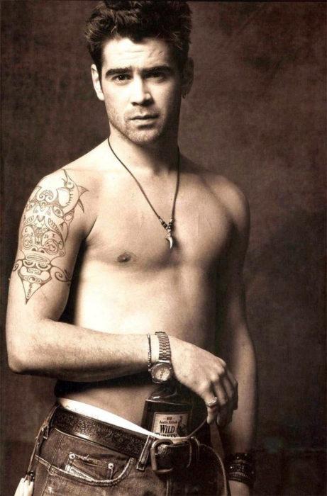hombre con tatuaje sin playera