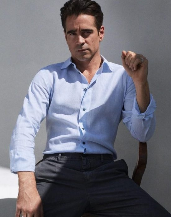 hombre con camisa azul