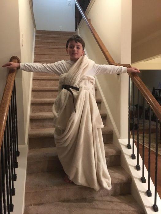 niño envuelto en toalla