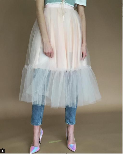 Chica usando una falda sobre un pantalón de mezclilla