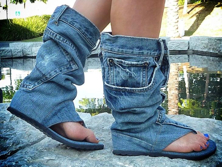 Chica usando sandalias de jeans