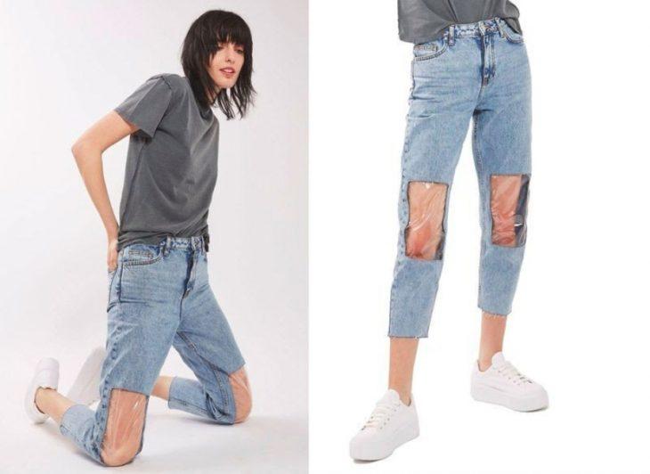Chica usando unos jeans con plástico en las rodillas