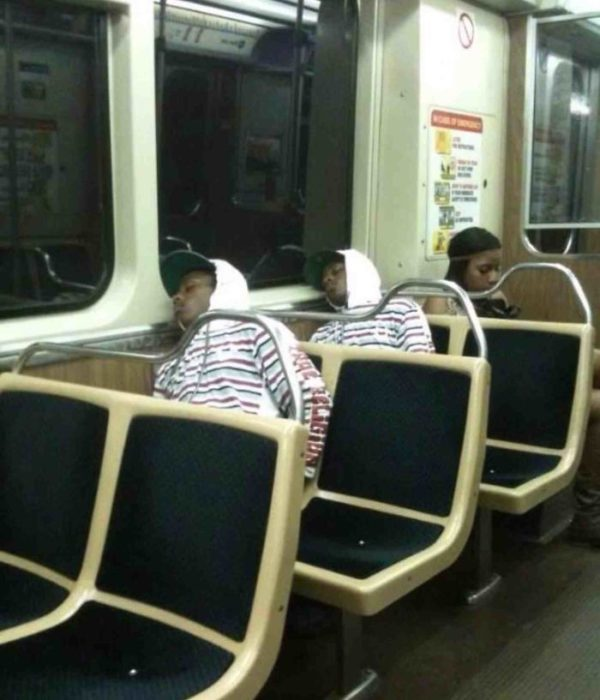 Hombres en el autobus vestidos de la misma forma