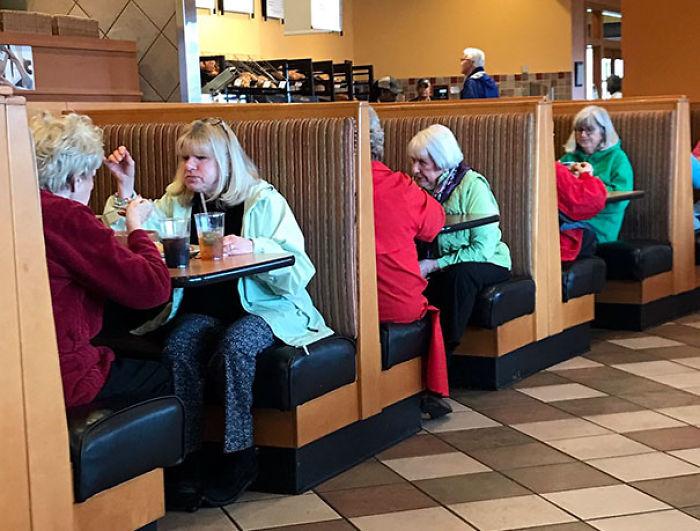 mujeres vestidas de la misma forma