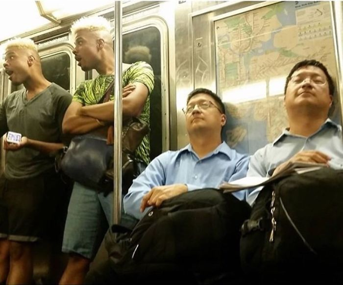 Hombres vestidos igual dormidos en el metro