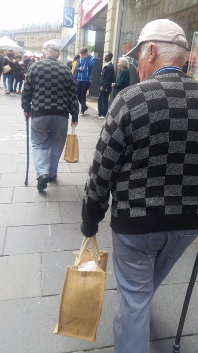 Abuelitos caminando vestidos de la misma forma