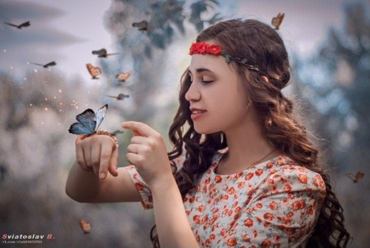 chica con mariposa en mano