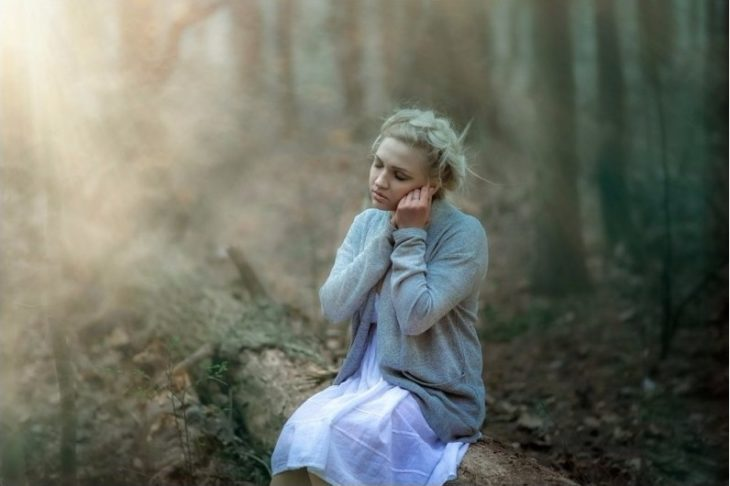 chica en el bosque