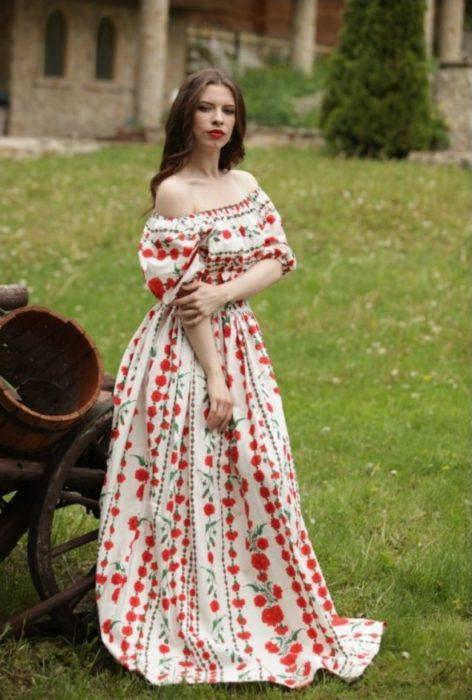 chica con vestido de flores
