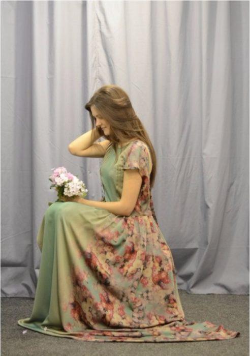 chica con flores en mano