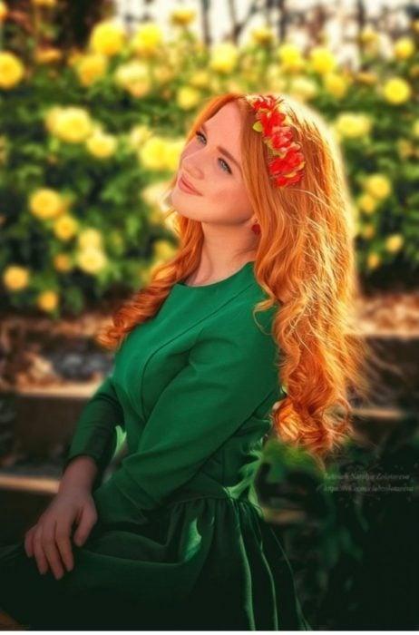 chica con vestido verde en el campo