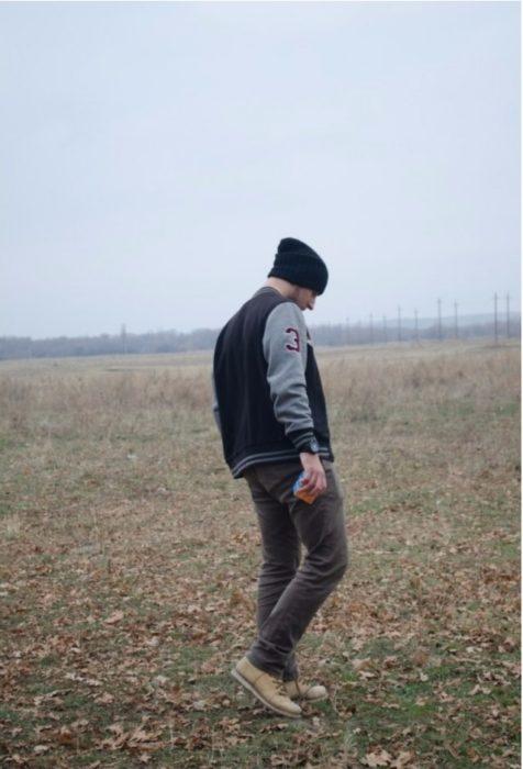 chico en el campo