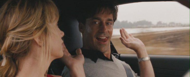 mujer rubia y hombre en coche