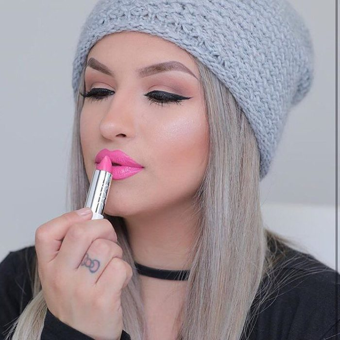 Chica con los labios en tono rosa