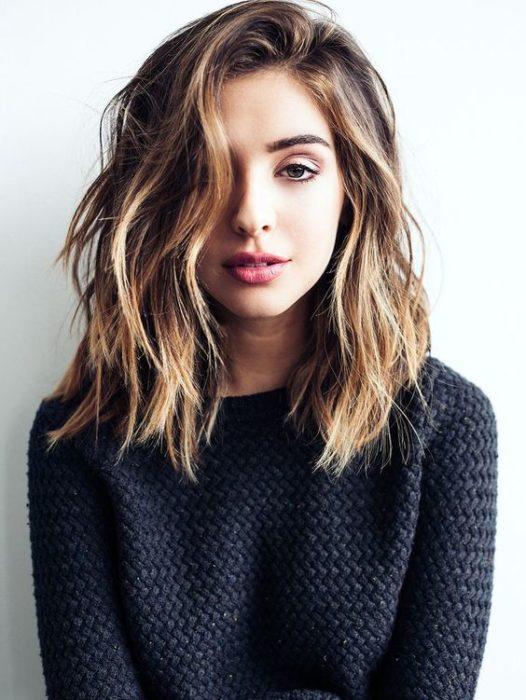 chica con corte de cabello medio