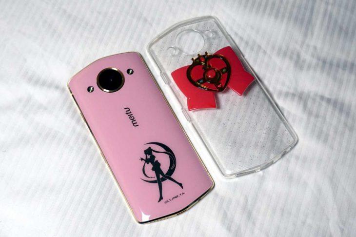 telefono rosa en la cama y caratula con moño
