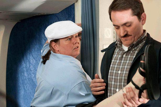 mujer con gorra blanca en avión