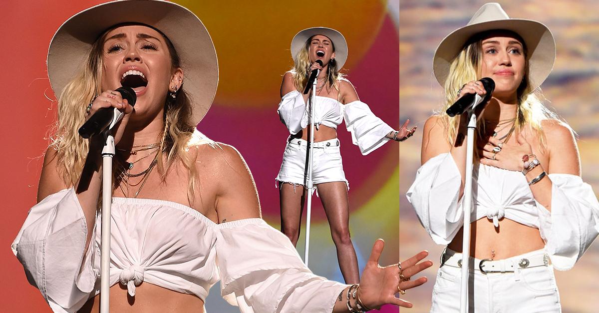 Miley Cyrus interpreto 'Malibu' en los premios Billboard y rompió en llanto