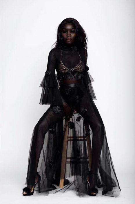 Modelo con piel oscura