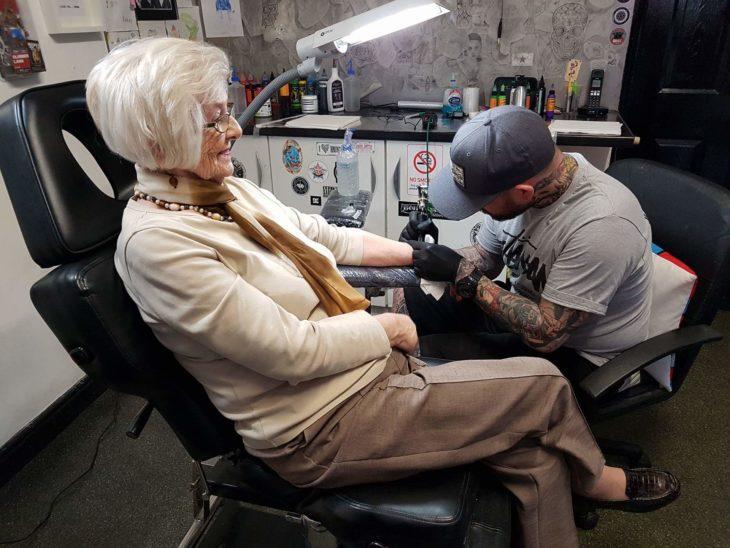 Mujer que quería tatuarse a los 82 años