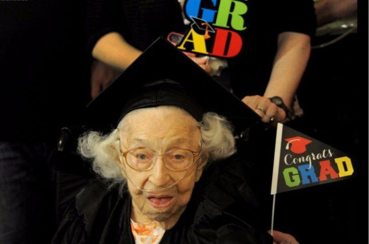 Abuela graduada de universidad