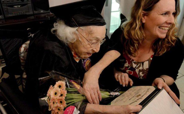 Señora graduándose