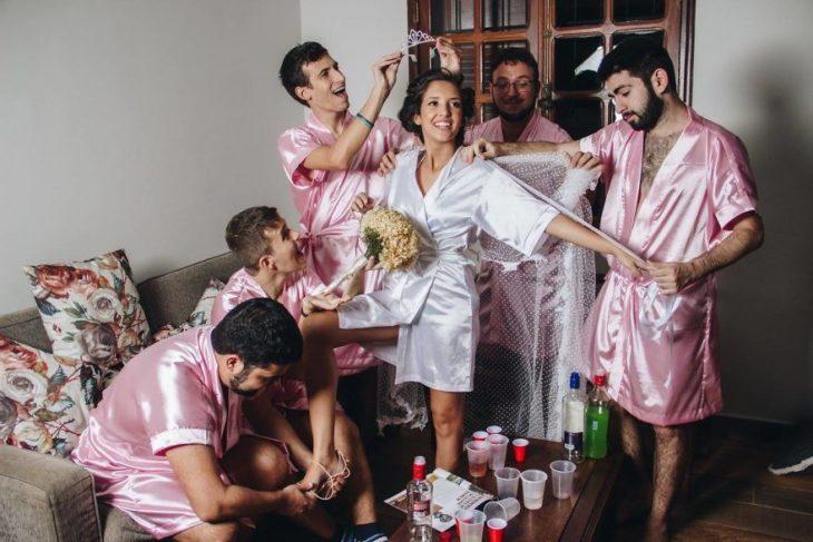 Chica sesión de fotos novia con amigos
