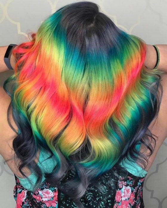 Chica con cabello de colores