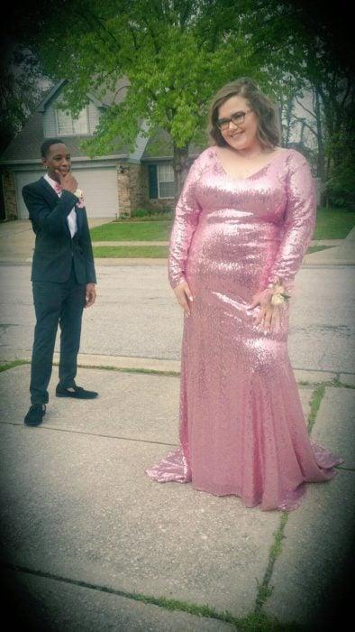 Chica usando un vestido rosa en su baile de graduación