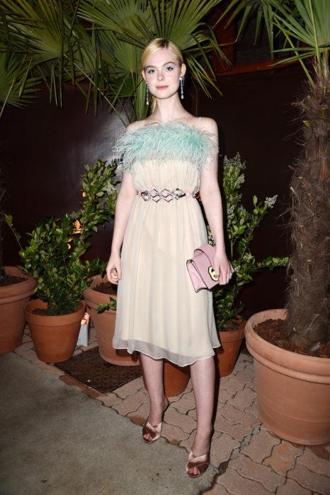 Elle Fanning usando un vestido de Prada
