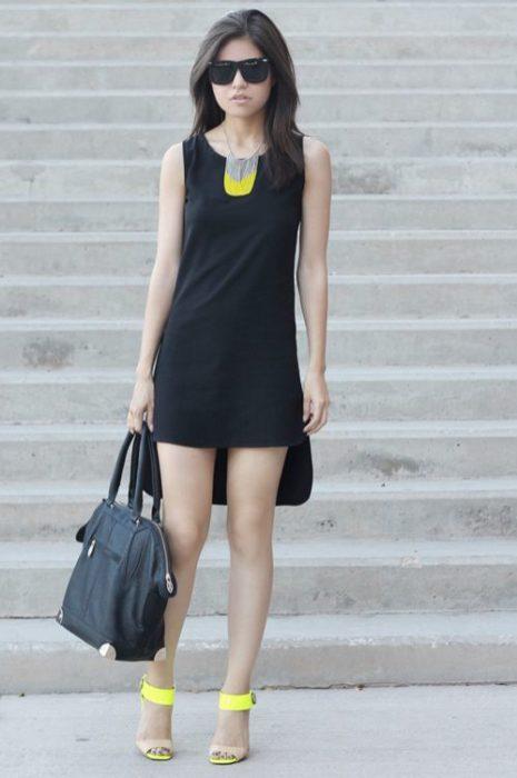 Chica usando un vestido de color negro