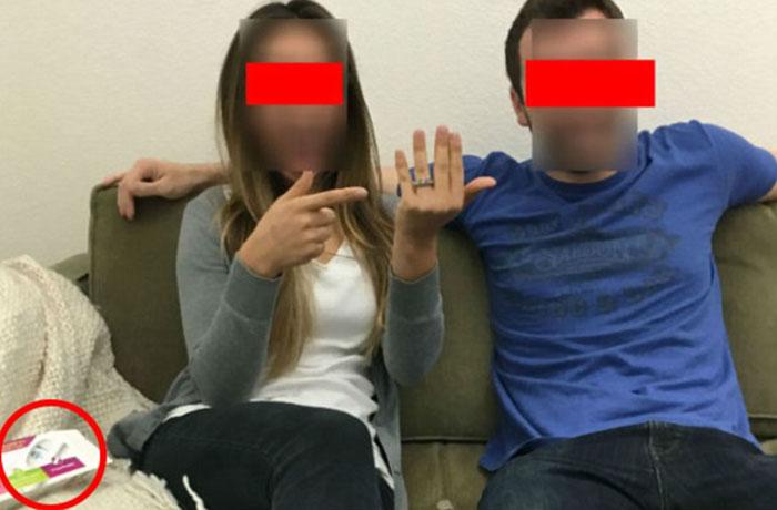 mujer con anillo al lado de hombre