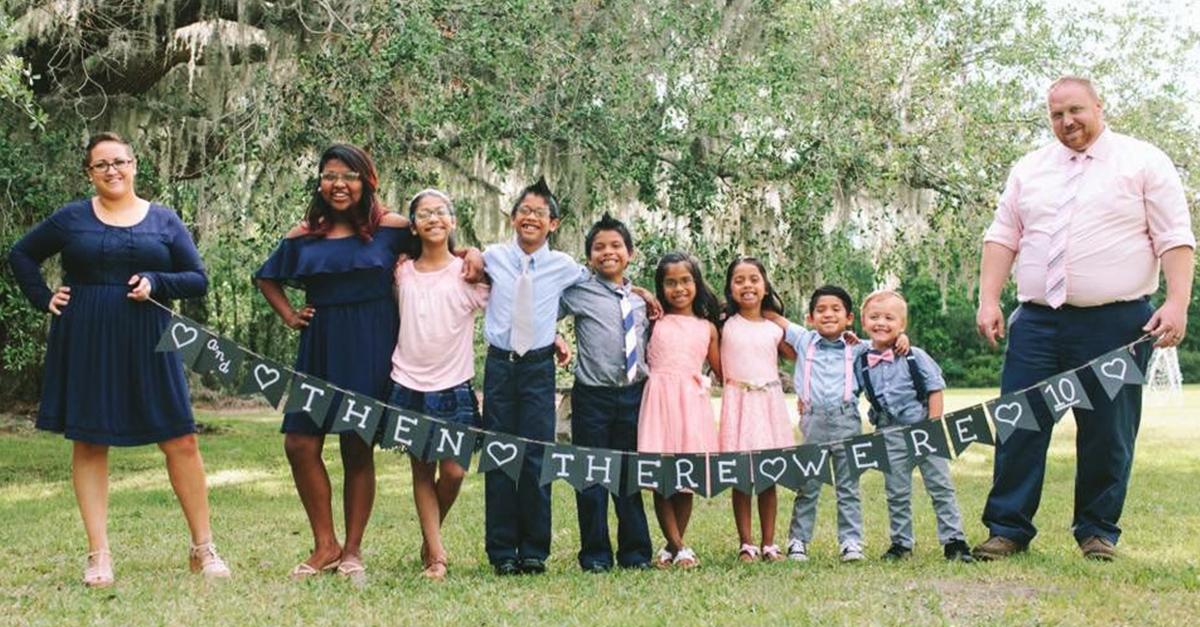 Familia adopta a 7 niños para mantenerlos unido