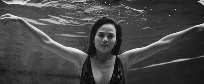 mujer en el agua con brasiere