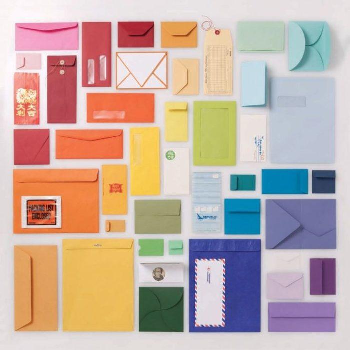 sobres ordenados por color